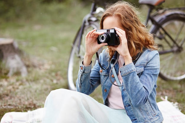 旅行でレトロなカメラを持つ写真家