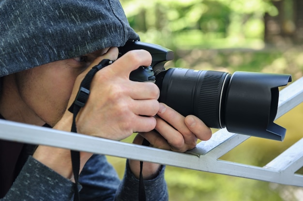 숨겨진 사진을 찍는 카메라로 사진 작가
