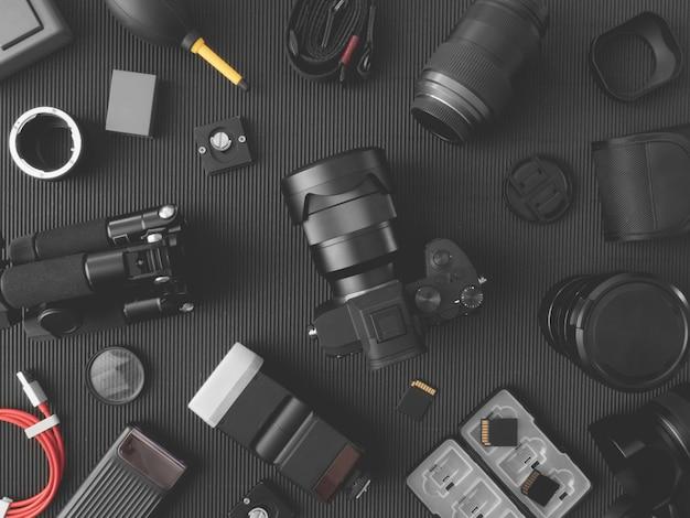 Рабочая станция фотографа с цифровой камерой, ноутбуком, картой памяти, смартфоном на столе