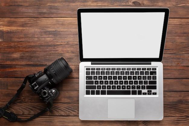 機器を備えた写真家のワークデスク