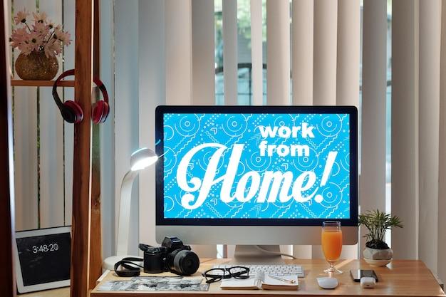 自宅で仕事をしている写真家