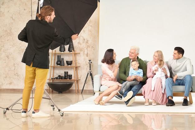 Фотограф работает с семьей в студии