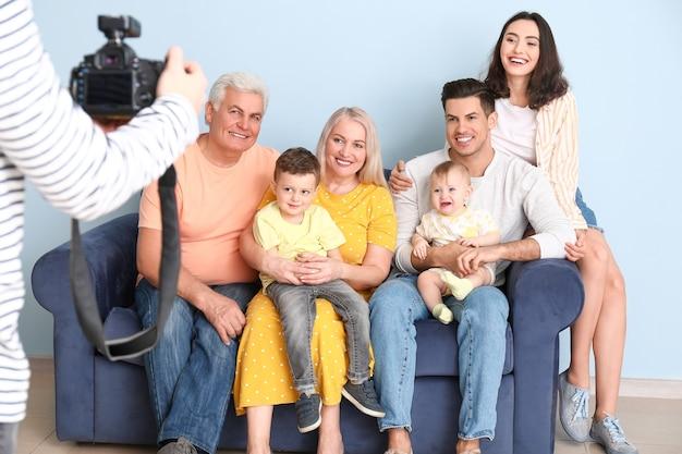 스튜디오에서 가족과 함께 작업하는 사진 작가