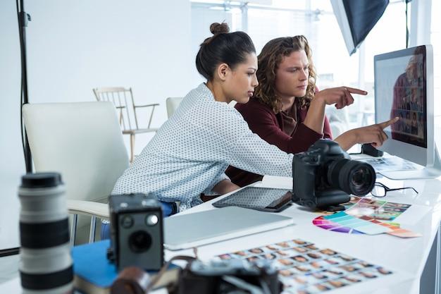Фотографы работают над компьютером