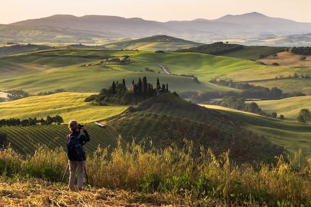 전통적인 농가 언덕 val dorcia italy와 일출 투스카니 풍경에서 사진 촬영
