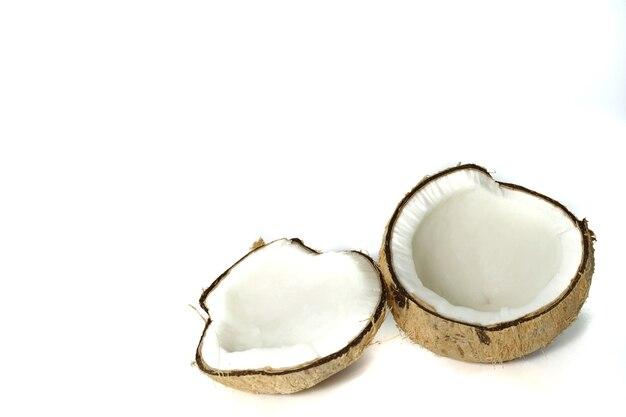 ココナッツオイル、ココナッツミルクなどの製造に使用されるココナッツの写真。