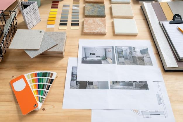 크리에이티브 디자이너가 작업하는 나무 테이블에 플랫 또는 하우스 인테리어, 패널 샘플, 색상 견본 및 팔레트 사진