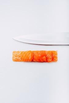 日本の刺身サーモン寿司の写真
