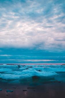 낮 동안 해변의 사진