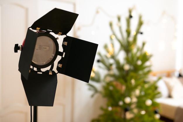 ランプと白い背景の上の照明スタンドの写真スタジオフラッシュ。モノブロックやモノライトなどのプロ仕様の機器。