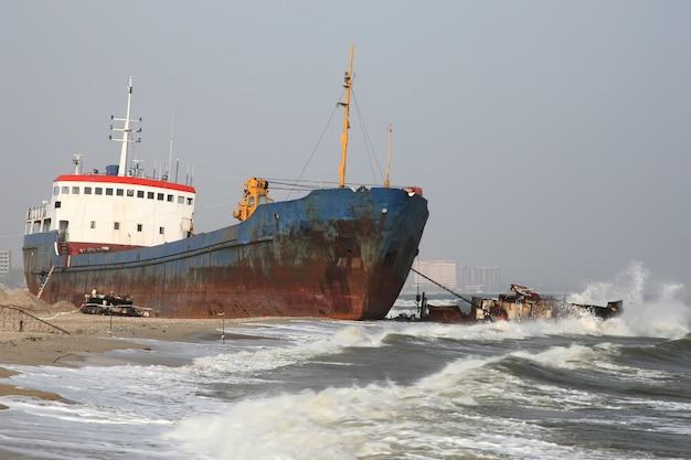 オデッサ近くの海岸に嵐によって投げられた船の写真