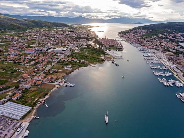 헬리콥터에서 찍은 요트와 트로기르 구시가지의 사진. 크로아티아 아드리아 해