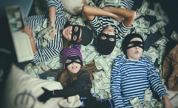 Фотосессия детей в образе грабителя банка
