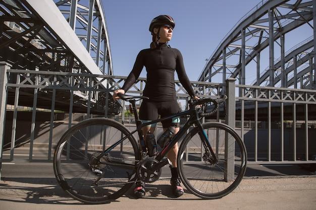 Фотосессия юной спортсменки на велосипеде