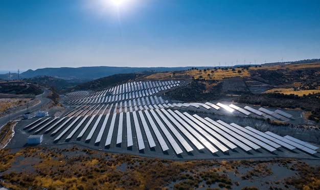 언덕에 태양광 발전소의 태양광 패널. 공중 풍경