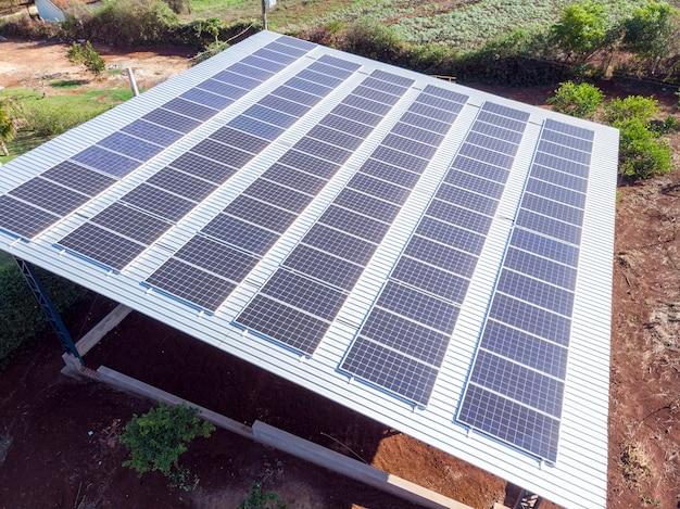 Фотоэлектрическая установка, построенная на металлической конструкции жилого дома,