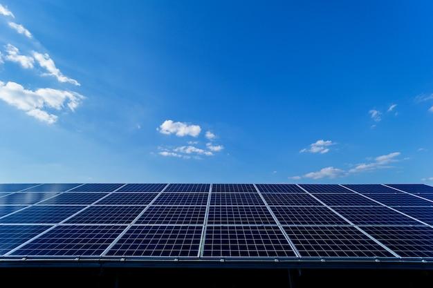Фотоэлектрические солнечные панели на фоне голубого неба