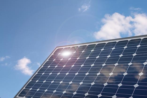 Фотоэлектрическая панель солнечных батарей на голубом небе.