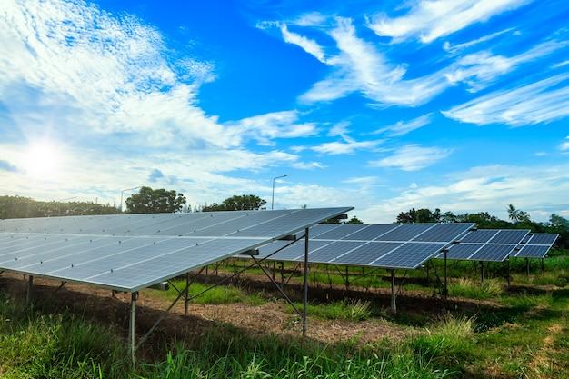上空の背景、緑のきれいな代替電力エネルギーの概念に太陽光発電パネル。