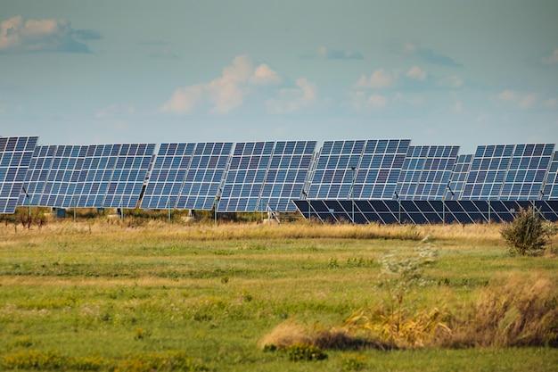 Панель солнечной энергии. photovoltanic eco power field
