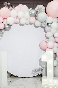 Фотозона из шаров. концепция дня рождения. один год