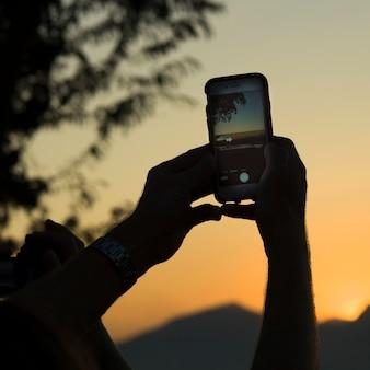 スマートフォンで写真を撮る人の手、phousi山、ルアンパバン、ラオス