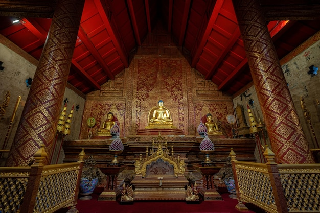 Wat phra singh의 phra buddha sihing buddha는 주요 관광 명소이며 고대 태국 예술이며 태국 치앙마이의 공공 장소입니다.
