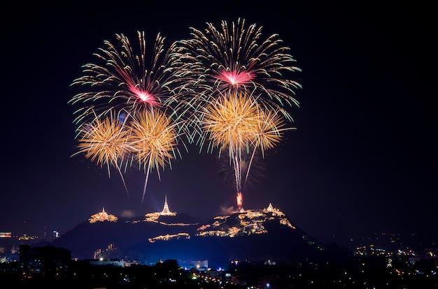 タイのペッチャブリー県で開催されるphra nakhon khiriアニュアルフェアで光と花火が上映されます。