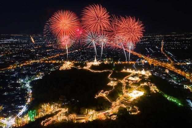 Phra nakorn kiri festival dei fuochi d'artificio di notte a phetchaburi, thailandia