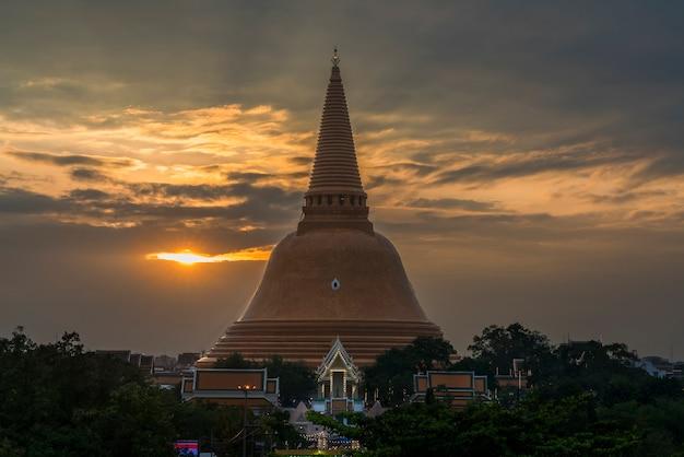 Ступа пхра патоммачеди расположена в ват пхра патоммачеди ратча вора маха вихан в сумерках, провинция накхон патом, таиланд.