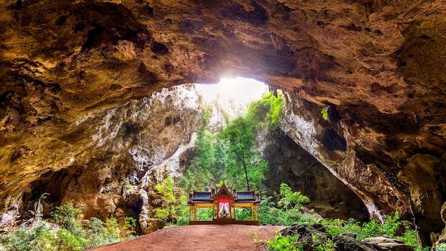 Пещера пхраянакорн в провинции прачуапкхирикхан, таиланд.
