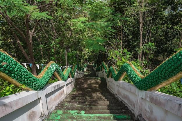치앙 칸 로이 타이라드(chiang khan loei thailad)에 나가 동상이 있는 푸 창 노이 계단. 치앙 칸은 구시가지이며 태국 관광객들에게 매우 인기 있는 곳입니다.