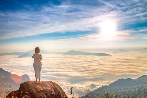 タイのphu chi daoで女性が朝の新鮮な空気を楽しみ、自然を楽しみましょう