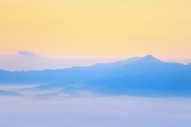 朝の霧の日差しと雲phu lang ka、phayao、thailand