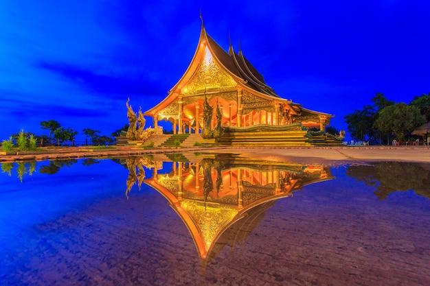 Красивый храм phu proud и отражение на воде после дождя