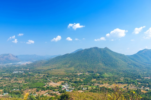 ルーイ県、タイ、白い雲と青い空のテクスチャの美しいパノラマビュー緑の森の山の範囲phu thok公園