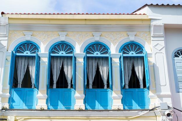 タイ、プーケットのプーケット旧市街エリアにある中葡建築建築のあるプーケット旧市街。
