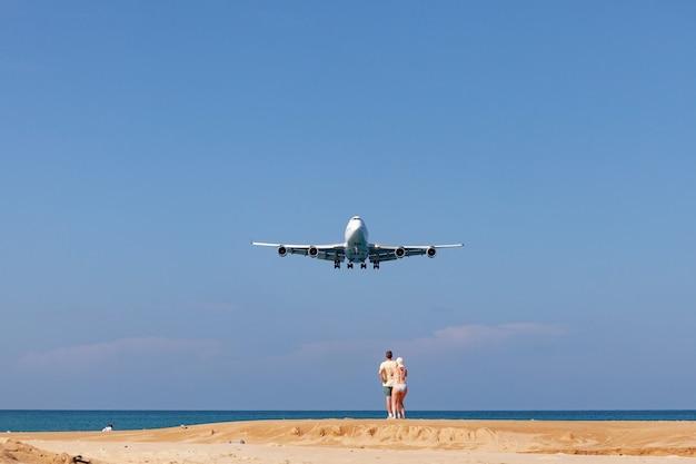 プーケットタイ飛行機プーケット空港の海上着陸マイカオビーチプーケットタイで人気のランドマーク観光客の人々 Premium写真