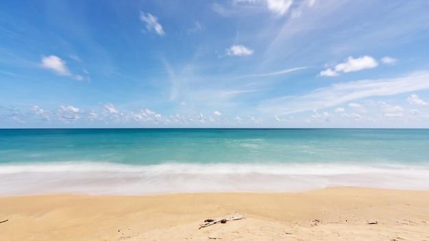 푸 켓 태국 모래 해변의 여름 배경 놀라운 바다 맑고 푸른 하늘과 흰 구름 파도 모래 해안에 충돌입니다.