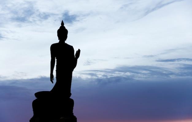 Phutthamonthon公園、タイの夕日の仏像のシルエット