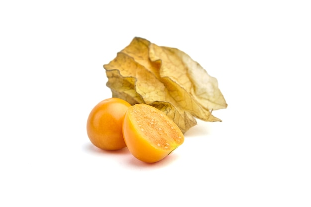 Physalis peruvianaまたはホオズキ、白い背景で分離された全体と半分の果実