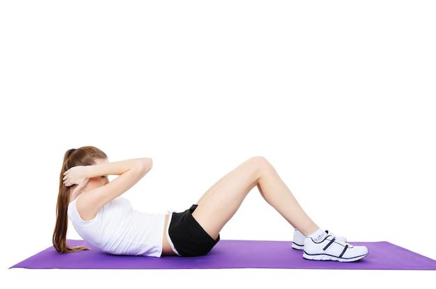 若い美しい笑う女性の身体運動