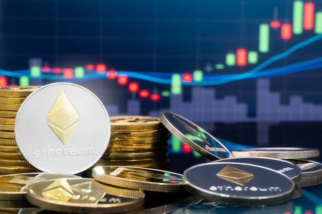 백그라운드에서 글로벌 거래 교환 시장 가격 차트가있는 실제 금속 이더 리움 동전.