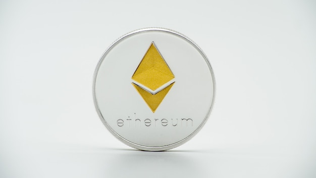 Валюта ethereum серебра физического металла на белой стене. новые всемирные виртуальные интернет-деньги. цифровая монета etherum, киберпространство, криптовалюта eth. хорошее инвестиционное будущее онлайн-платежей