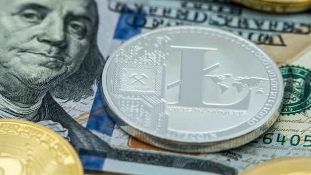 Физическая металлическая серебряная валюта litecoin над долларовой банкнотой сша. всемирные виртуальные интернет-деньги. банкноты сша. киберпространство монет digital lite, криптовалюта ltc. онлайн платеж