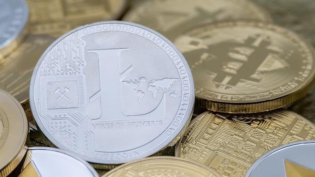 Физическая металлическая серебряная валюта litecoin над другими монетами. новые всемирные виртуальные интернет-деньги. цифровая монета в киберпространстве, криптовалюта ltc. хорошая инвестиция в будущее онлайн-платежей
