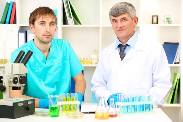 部屋の研究中の医師と試金者