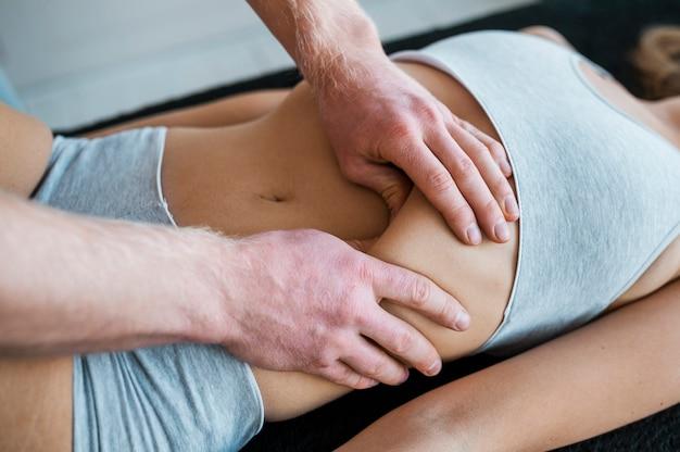 물리 치료 마사지 세션 동안 의사와 여자