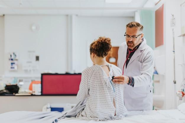 환자에 대한 건강 검진을하는 의사