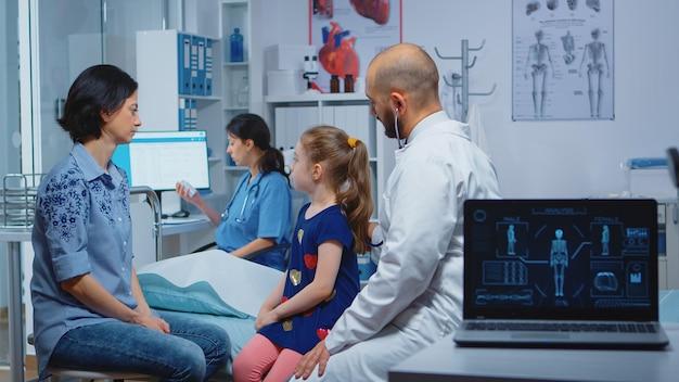 의사는 청진기를 사용하여 폐를 검사하고 아이의 호흡을 듣고 있습니다. 의료 서비스를 제공하는 의료 전문가 의사 병원에서 상담 검사 치료